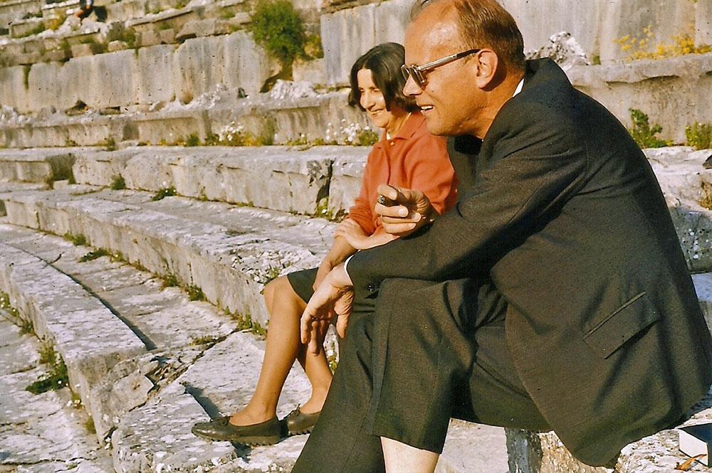 Str. Albert Klein, der mir als mein Deutschlehrer Herz und Augen für das Theater und die Literatur geöffnet hatte im Theater Epidauros mit seiner Frau Gisela 1966.